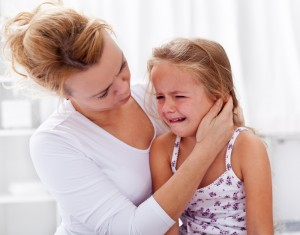 meisje huilt bij mama